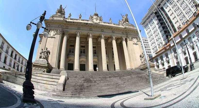 PF faz operação para prender 10 deputados estaduais no RJ.  RJ: Parlamentares são suspeitos de terem recebido um 'mensalinho' oriundo de superfaturamento de contratos, para apoiar o ex-governador Sérgio Cabral; por Guilherme Venaglia/VEJA