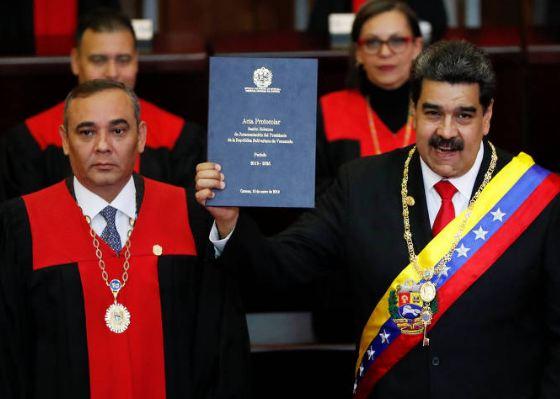 Opositor se declara presidente interino e defronta Maduro