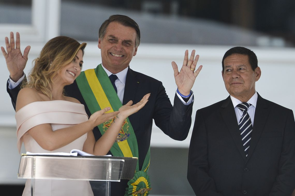 Michelle Bolsonaro quebra protocolo e discursa em libras no Parlatório.  Atendendo a pedido do público, ela beijou o marido