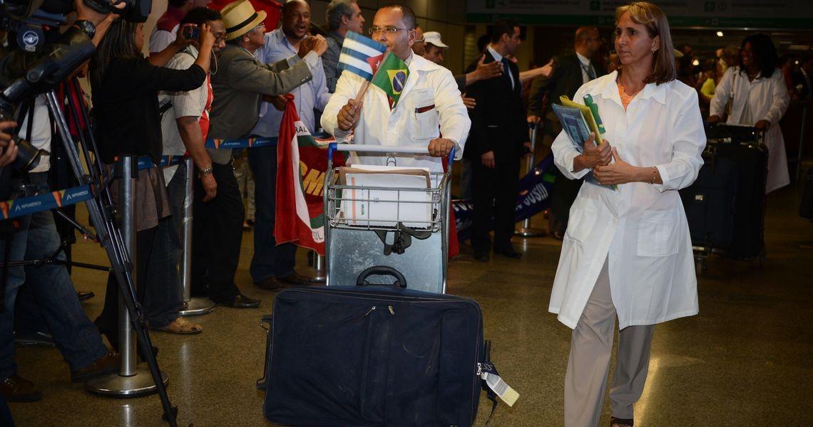 2 mil médicos cubanos continuam no Brasil. Na informalidade