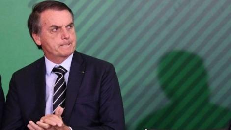 Bolsonaro tenta encerrar crise com demissão e afago