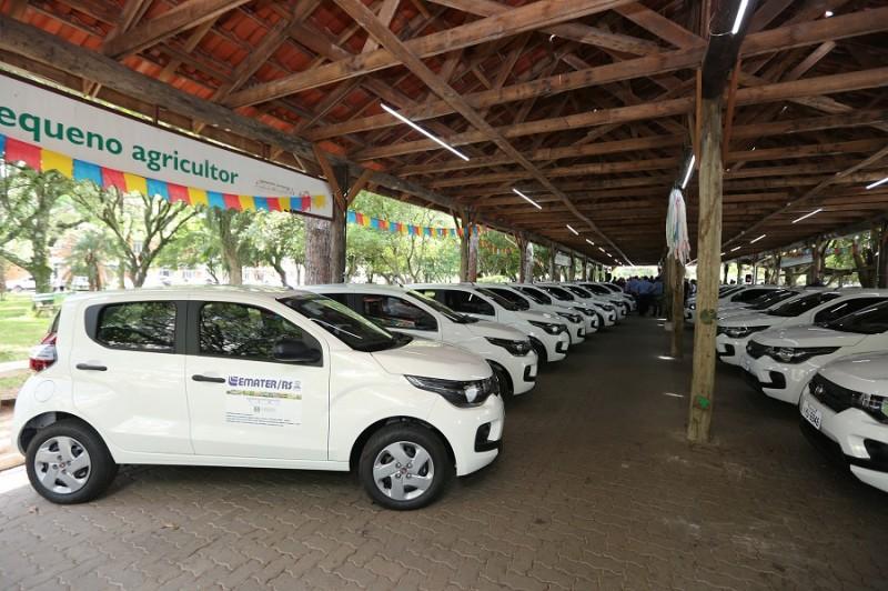RS: Assistência à agricultura familiar recebe 220 carros e computadores
