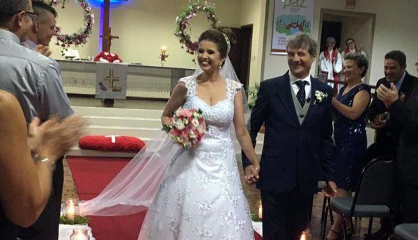 Ex-frei da Paróquia de Santo Antônio Irineu Costella se casa com pastora Ana Reis