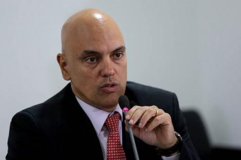 Após críticas de ministros, Moraes revoga censura a site