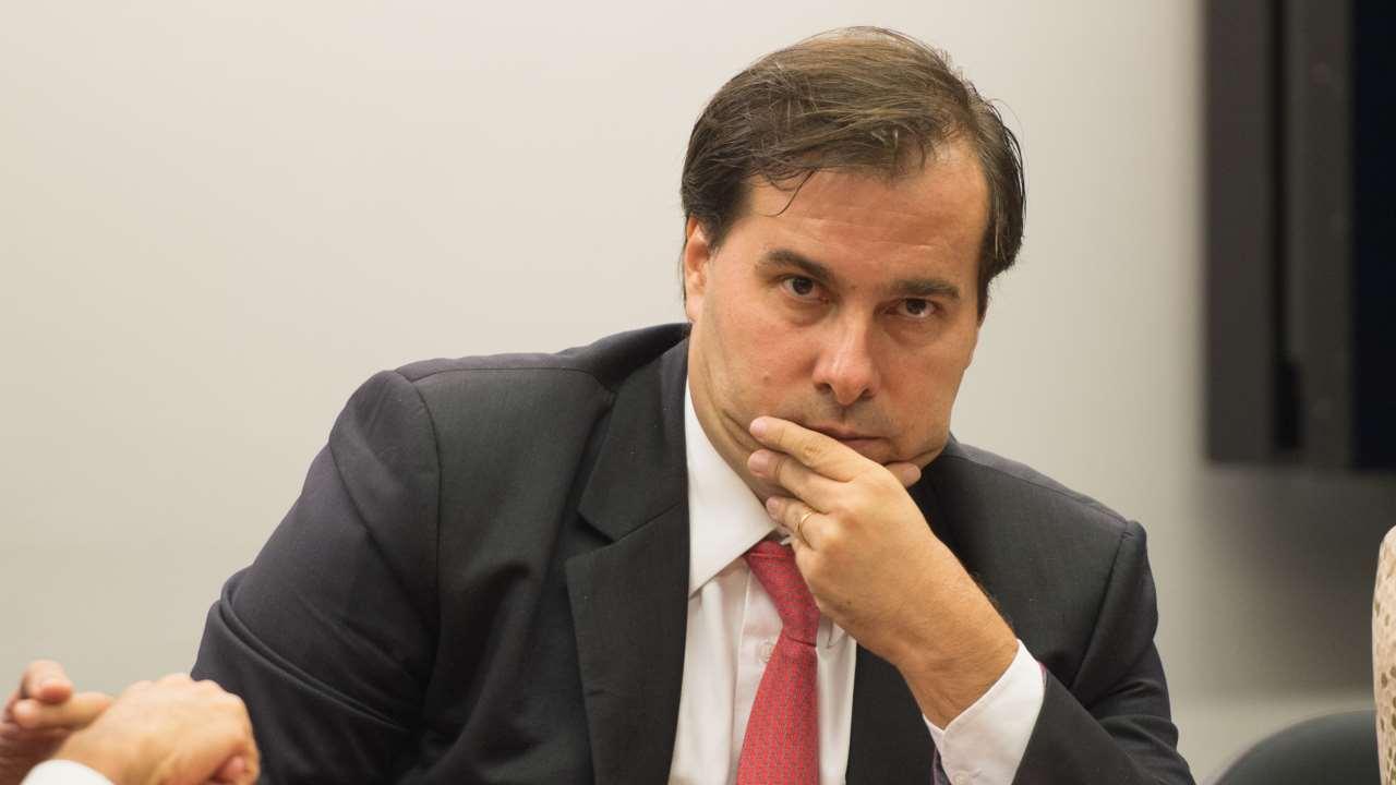 Maia se mantém na articulação e diz que governo é um 'deserto'.  Presidente da Câmara afirma que o ministro Paulo Guedes é uma 'ilha' entre seus pares e que o Brasil precisa 'sair do Twitter e ir para a vida real'