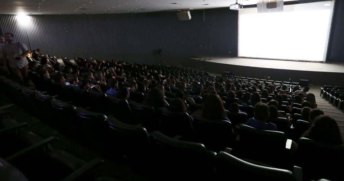 AGU é contra cinemas proibirem compra de alimentos em outras lojas
