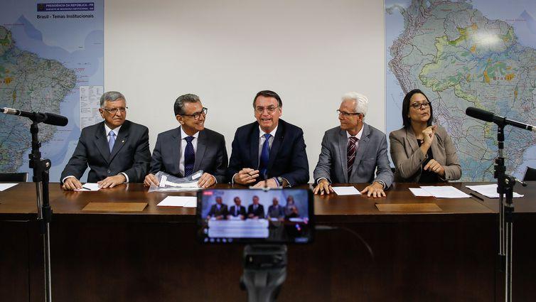 """Bolsonaro afirma que decreto de armas foi feito """"no limite da lei"""""""
