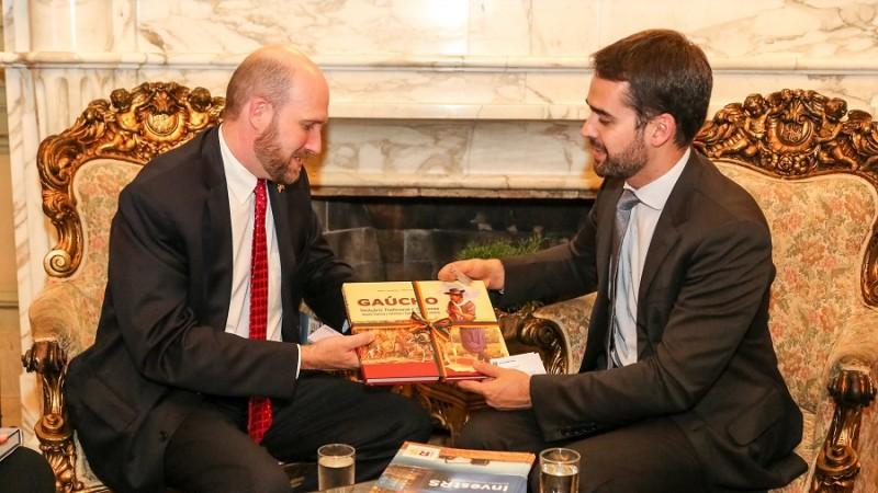 Governador e embaixador interino dos EUA, William Popp, estreitam laços entre RS e país
