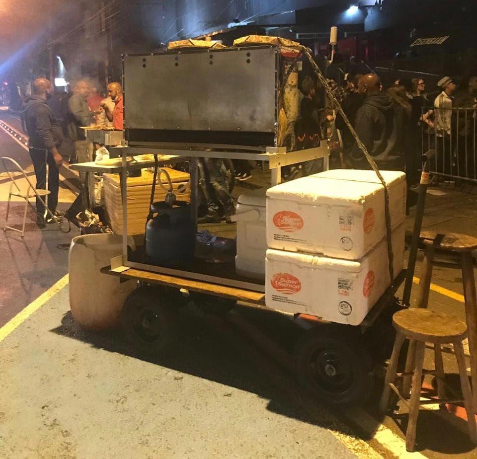 Porto Alegre: Gás de cozinha no meio da rua pode representar perigo a quem frequenta Cidade Baixa