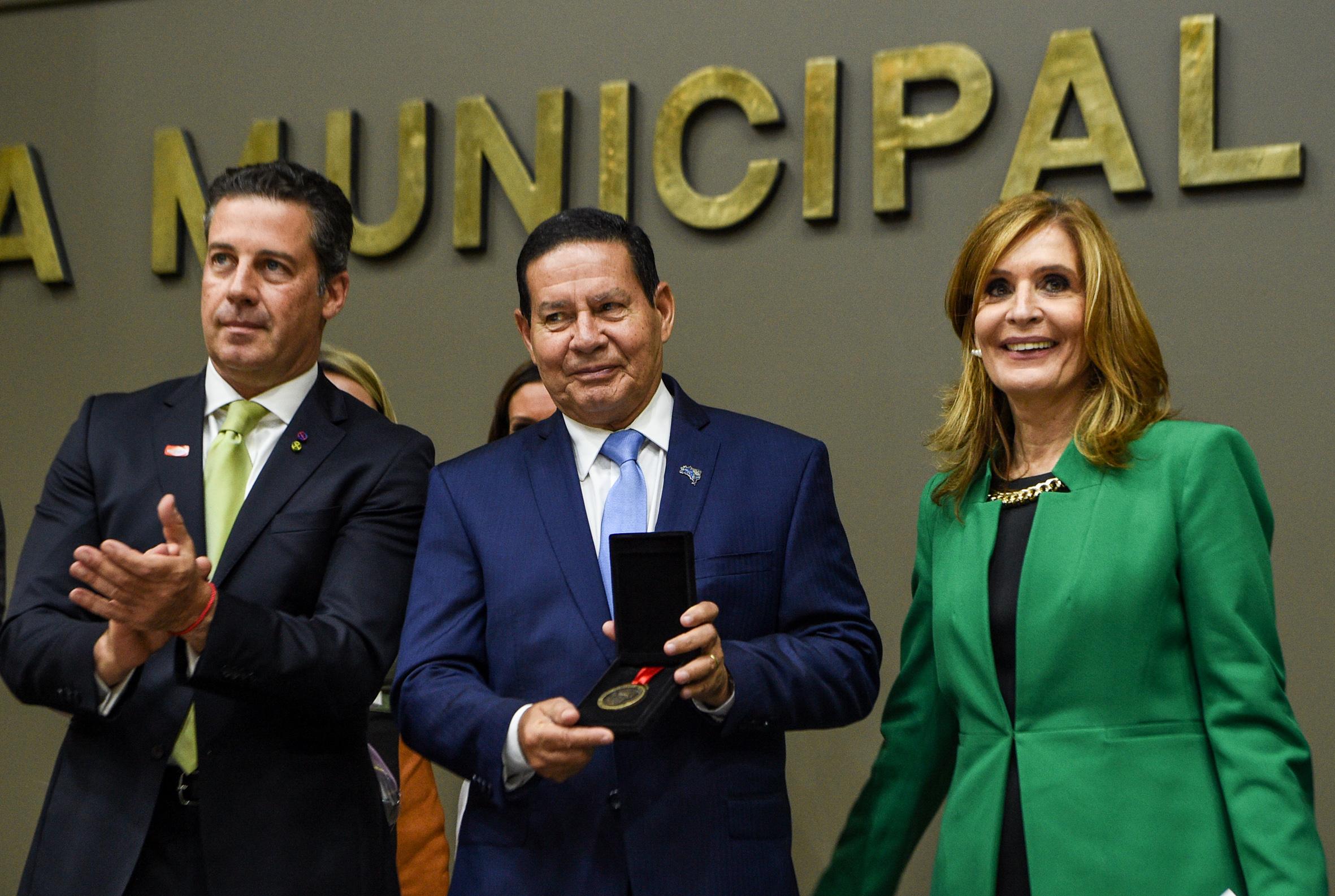 Porto Alegre: General Hamilton Mourão recebe o título de Cidadão Emérito e não fala em política na Câmara de Vereadores
