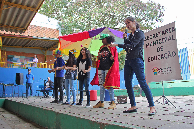 Porto Alegre: Sarau marca reinauguração da biblioteca da Escola Mariano Beck