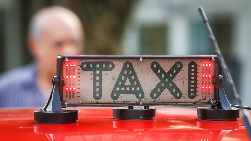 Porto Alegre: Começam a circular os táxis com novos luminosos acessíveis