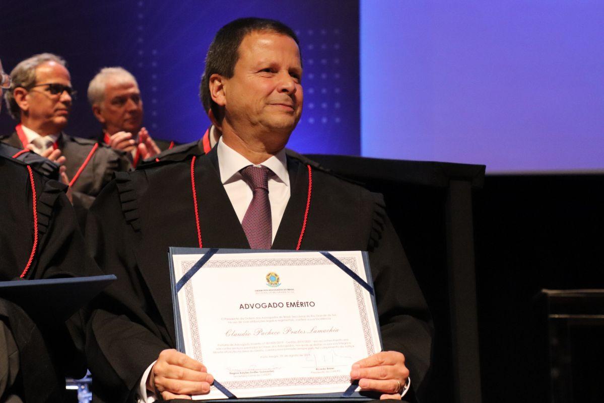 Claudio Lamachia recebe título de Advogado Emérito na Sessão Magna