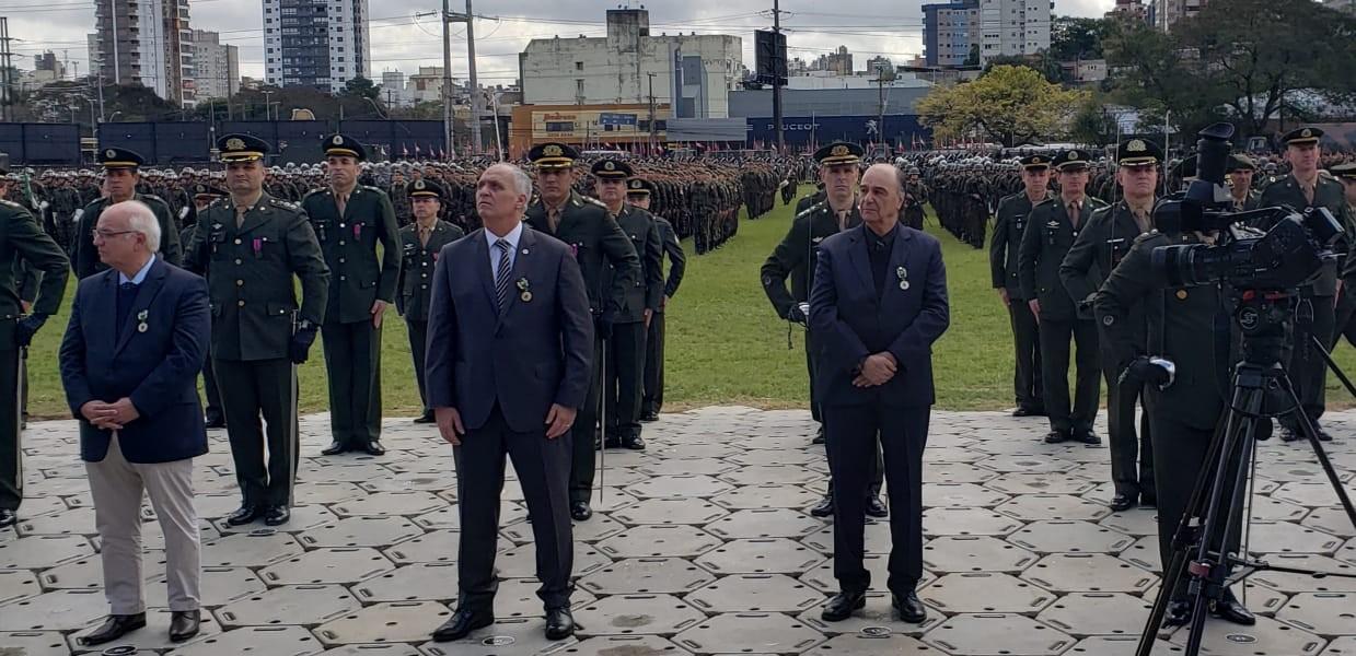 Medalha do Exército Brasileiro é entregue a Rogério Mendelski e presidentes da Dupla Grenal