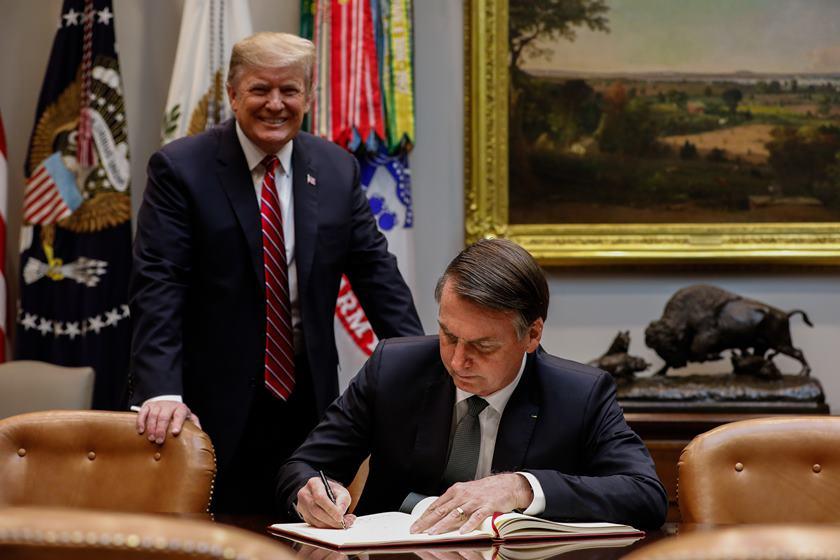 Bolsonaro quer mudar regras da TV paga no país a pedido de Trump. MP ajudaria fusão da AT&T e Time Warner