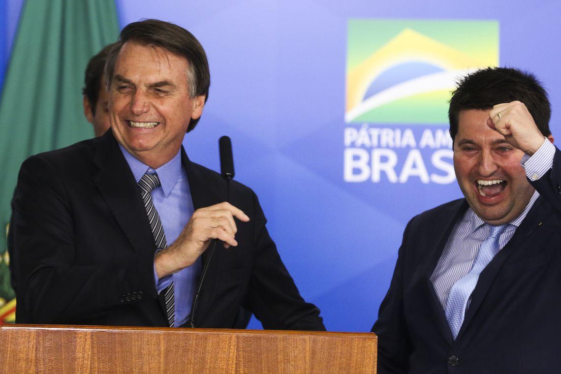 Bolsonaro brinca sobre significado de CTG e Jerônimo Goergen cita versos de Mano lima na sanção da Lei de Liberdade Econômica. Veja o vídeo