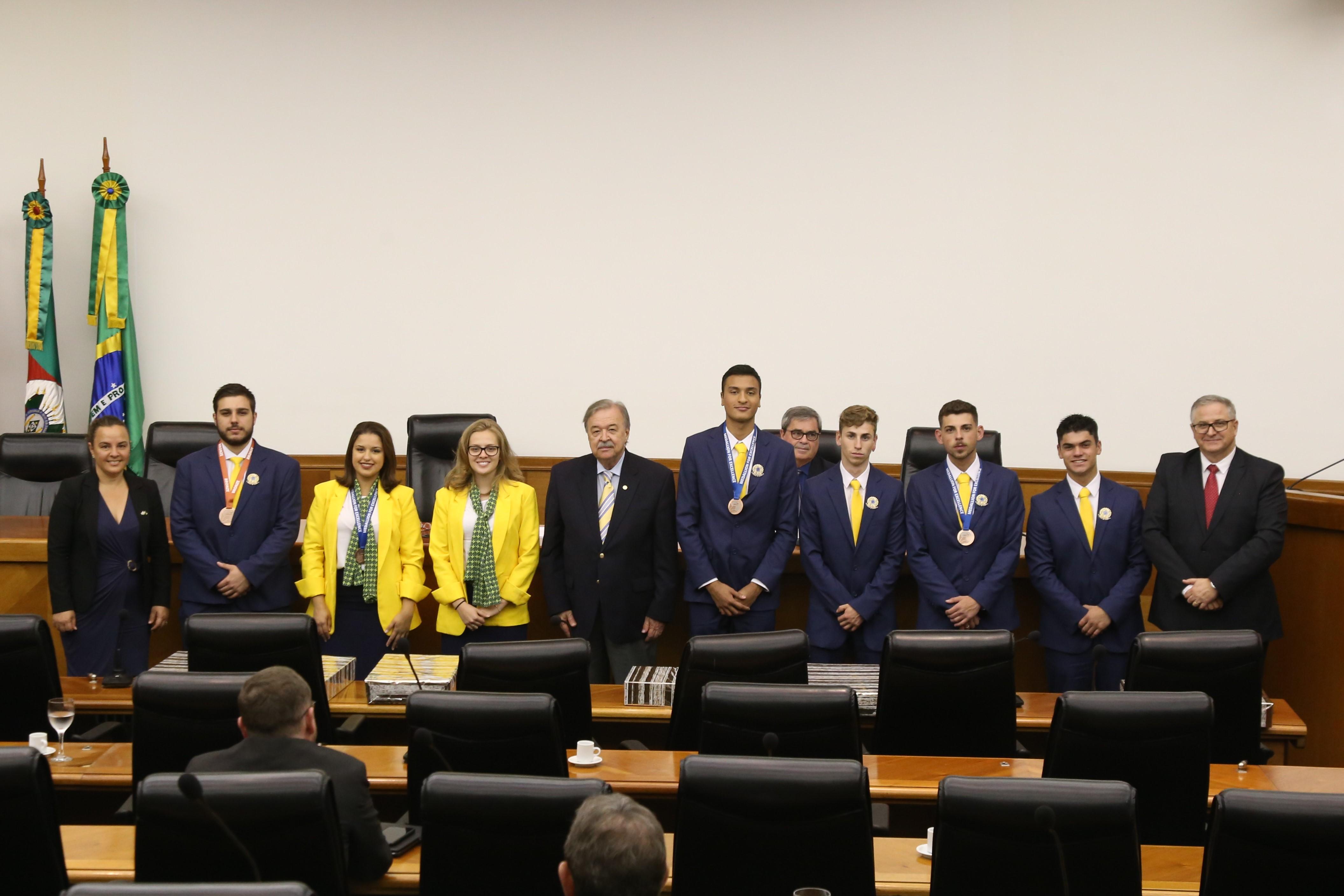 Diretorias da FIERGS/CIERGS homenageiam competidores da WorldSkills 2019. Alunos do Senai-RS receberam um notebook de presente