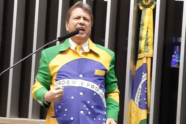 Deputado governista tem projeto para permitir uso da bandeira nacional em roupas; de O Pioneiro