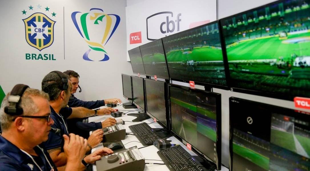 """Telespectador vai acompanhar checagem do VAR no Brasileirão. Objetivo é que público entenda verificação e eventual """"demora"""""""
