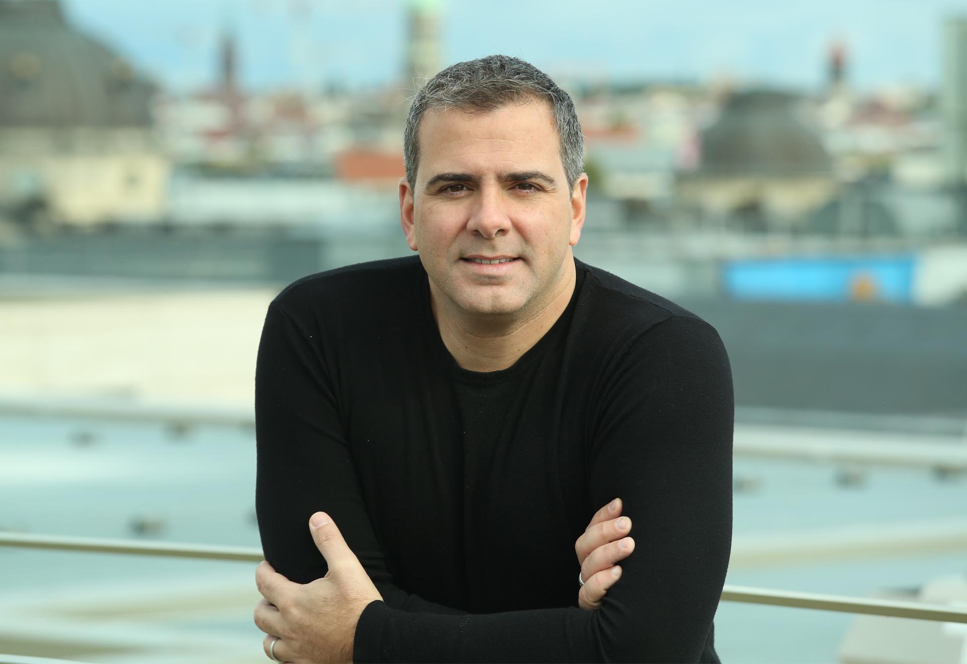 Livros:  Rodrigo N. Alvarez lança O Primeiro Imortal. Com mais de 800 mil livros vendidos, o jornalista estreia na ficção com um thriller sobre a origem e o destino da humanidade