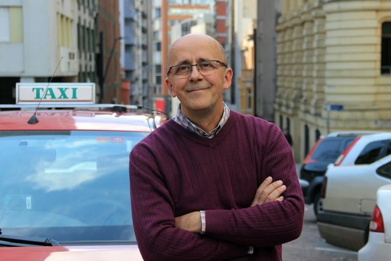 Escritor Mauro Castro divide histórias coletadas dentro de um táxi em bate-papo com Tânia Carvalho e Ivan Mattos no Instituto Ling
