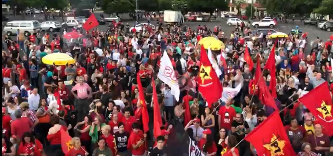 Porto Alegre: Petistas e apoiadores de outros partidos comemoram libertação de Lula