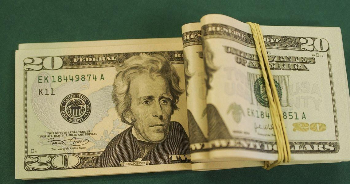 Dólar cai para R$ 4,146 e fecha no menor nível em quase um mês