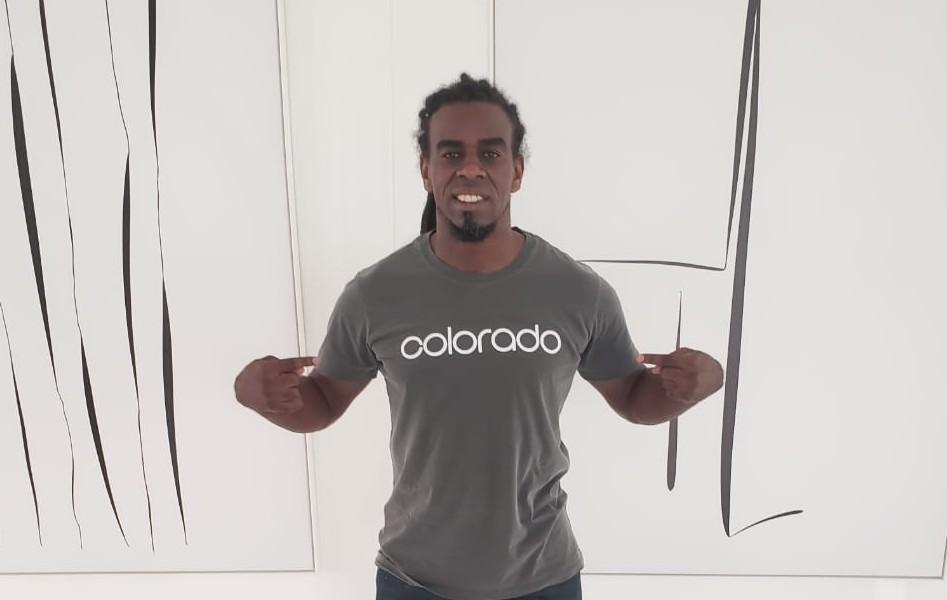 Tinga lança coleção de camisetas em homenagem ao clube do Coração. A linha Sagrado Colorado será vendida a partir de sábado na InterShop