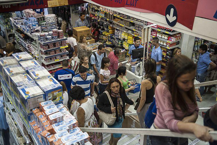 Consumidor espera saldões para comprar com desconto produto mais caro