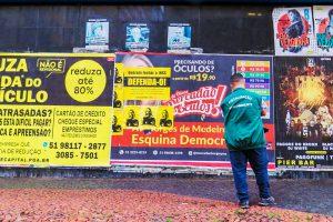 Porto Alegre: Cartazes irregulares são removidos no Centro Histórico