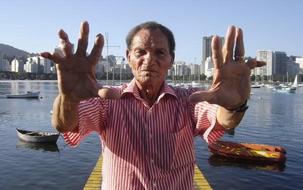 Sem dinheiro e doente, ex-goleiro do Botafogo e dupla GreNal, Manga é ajudado por uruguaios