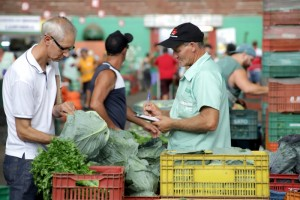 Estiagem afeta preço e qualidade de hortaliças, frutas e milho verde