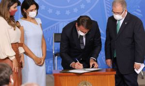 Bolsonaro sanciona lei que amplia o teste do pezinho no SUS. Legislação amplia número de doenças detectada pelo exame