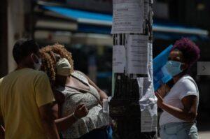 Sem perspectivas, metade dos jovens quer deixar Brasil; Folha de São Paulo