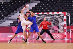 Handebol masculino perde para Espanha e enfrenta Argentina pela classificação