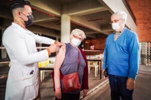 Porto Alegre mantém vacinação contra a Covid-19 em mais de 50 pontos nesta terça