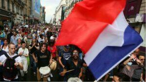 Franceses voltam às ruas contra passaporte sanitário, mas número de manifestantes diminui; RFI