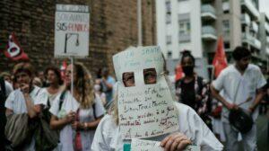 França anuncia demissão e suspensão de profissionais da saúde sem vacina; RFI
