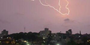 Tempestade com raios e granizo provoca transtornos em Porto Alegre; Correio do Povo