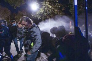Protestos contra medidas anti-covid terminam em violência em Berna; SwissInfo